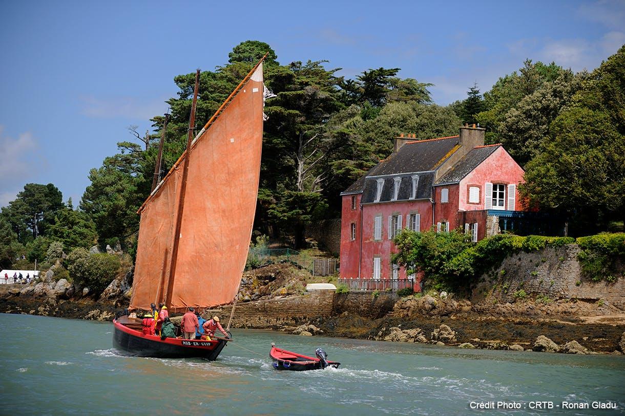 Un voilier navigue sur le Golfe du Morbihan
