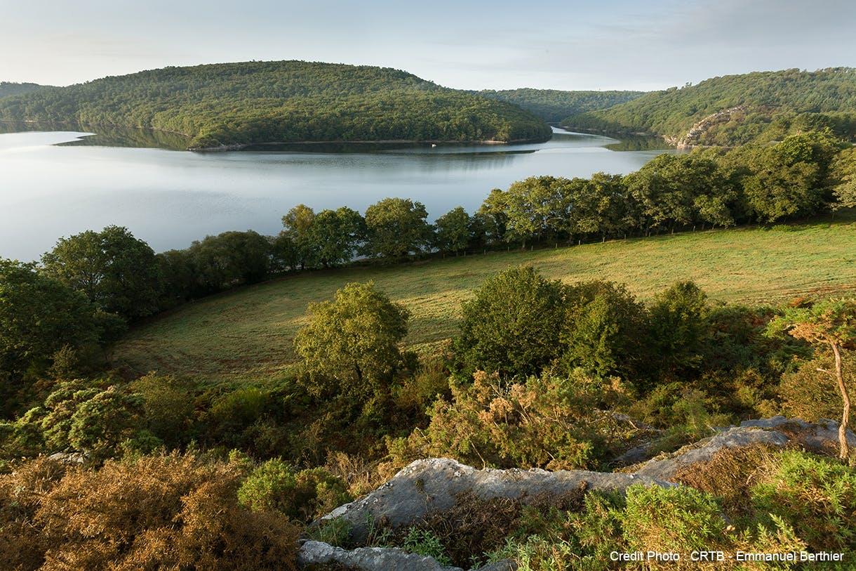 Le Lac de Guerlédan entouré de de forêt
