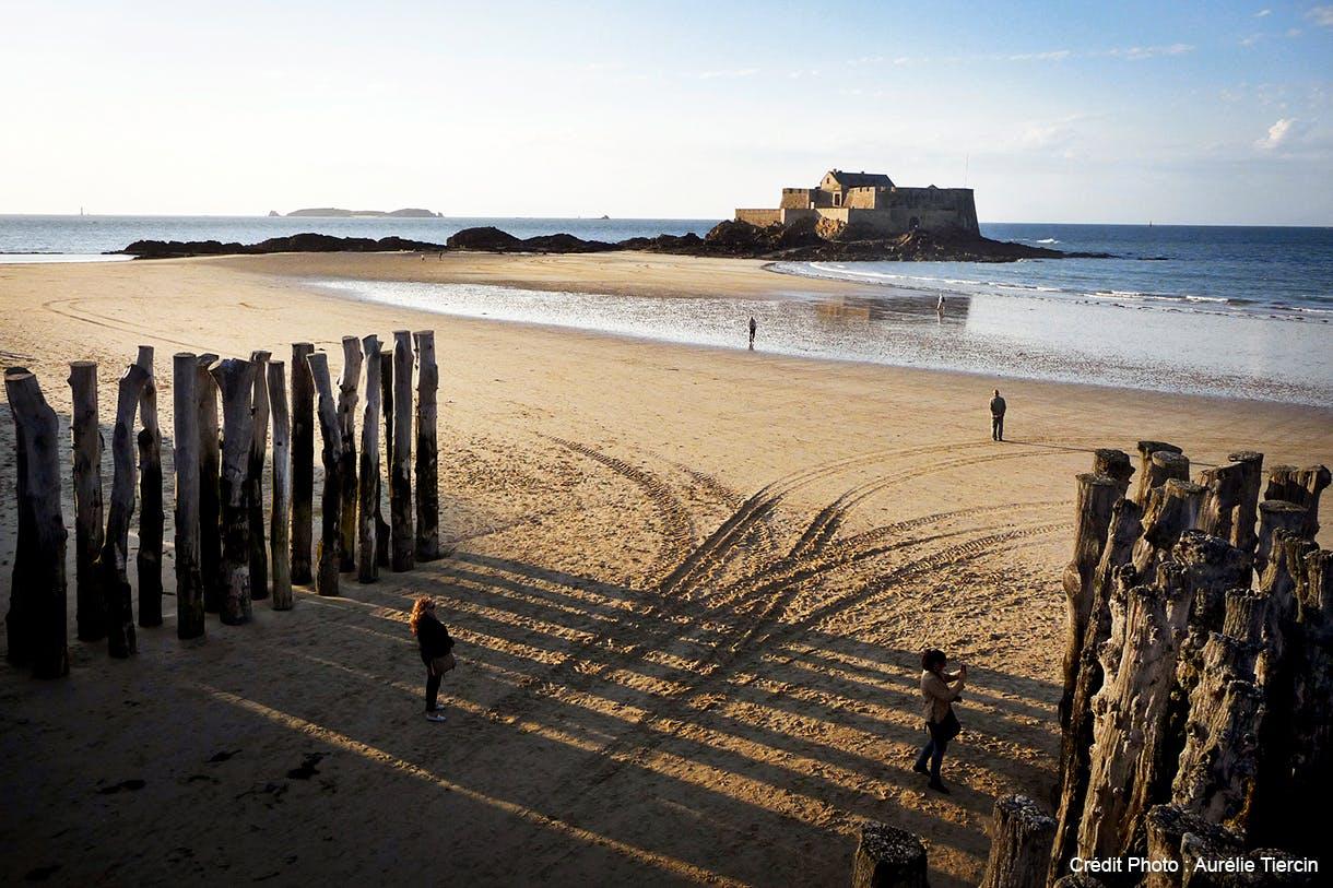Une plage de Saint-Malo avec le Fort national en fond