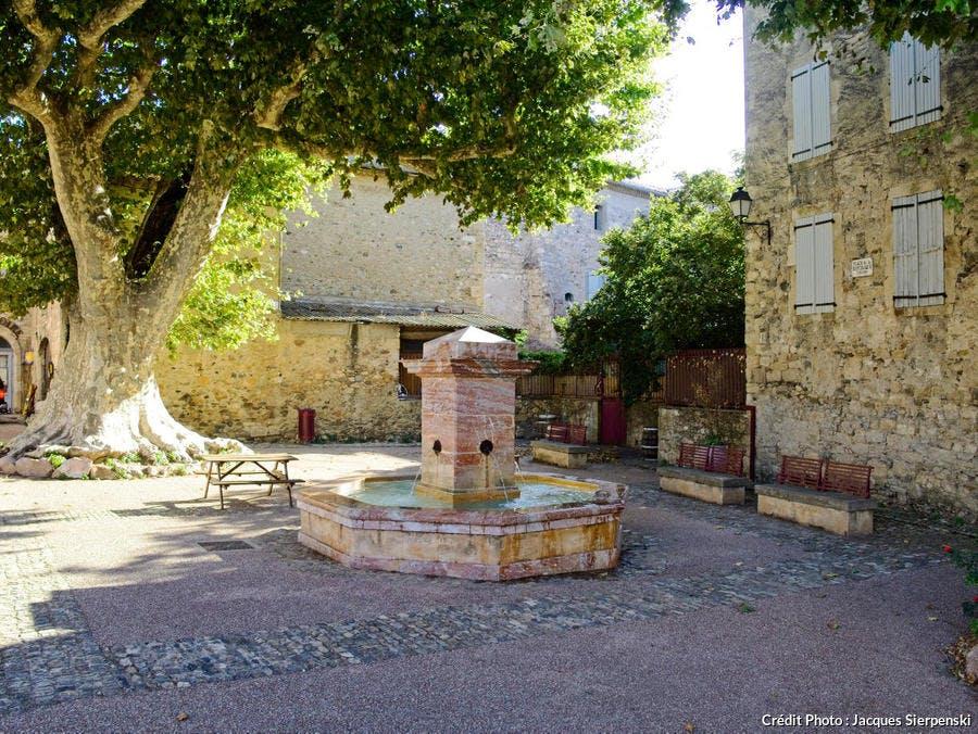 La fontaine place de la République à Caunes-Minervois