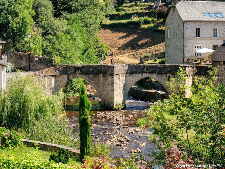 Pont sur la Vézère à Treignac, dans le massif des Monédières
