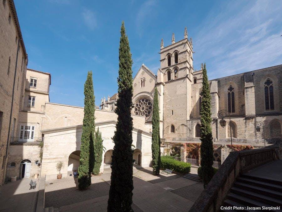 Montpellier, cour d'honneur de la Faculté de Médecine et cathédrale Saint-Pierre