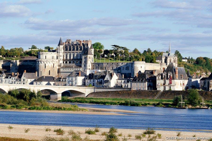 Le château d'Amboise au bord de la Loire