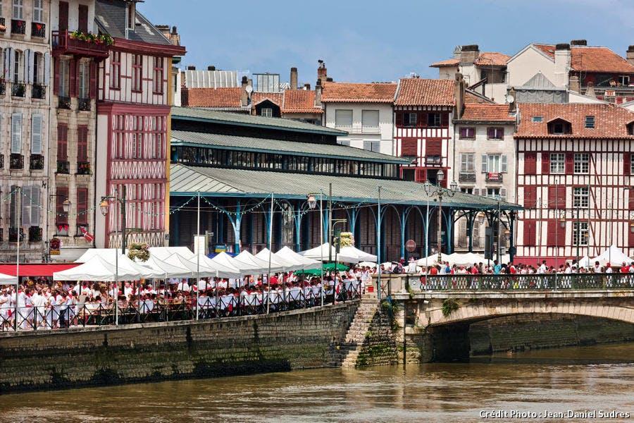 Les halles de Bayonne sur les quais de la Nive, dans le Pays Basque