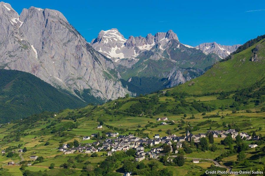 Le village et le cirque de Lescun, dans la vallée d'Aspe, au Pays Basque