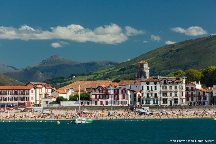 Le front de mer de Saint-Jean-de-Luz, au Pays basque (Pyrénées-Atlantiques)
