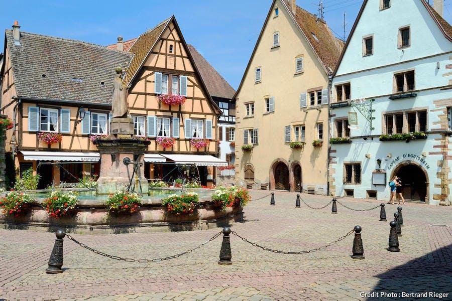 La place Saint-Léon, dans le village d'Eguisheim (Alsace)