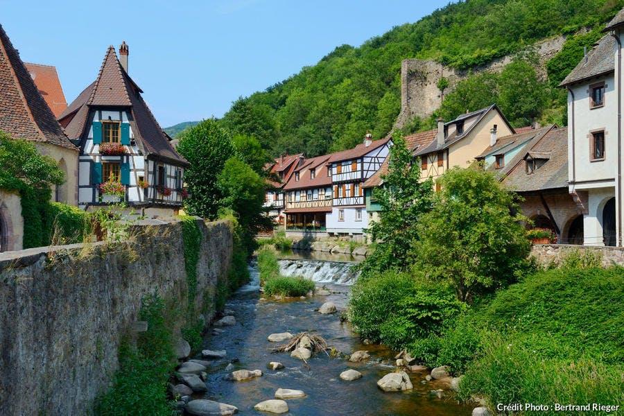 Maisons traditionnelles au bord de la rivière Weiss, à Kaysersberg (Alsace)