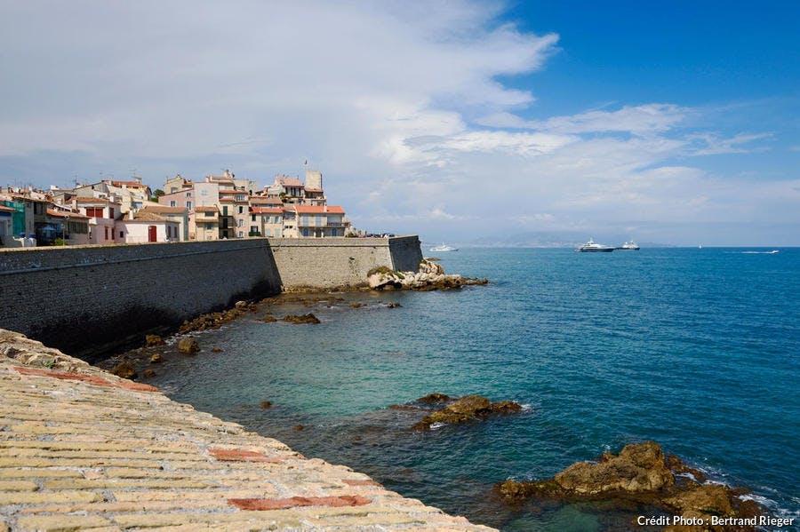 Antibes, la vieille ville et les remparts maritimes construits par Vauban