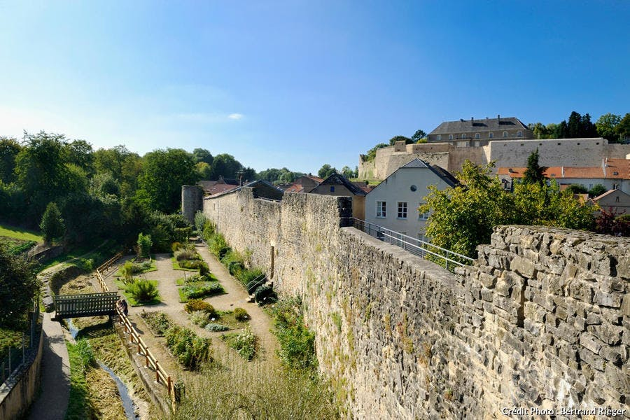 Jardin médiéval au pied des remparts de Rodemack (Lorraine)