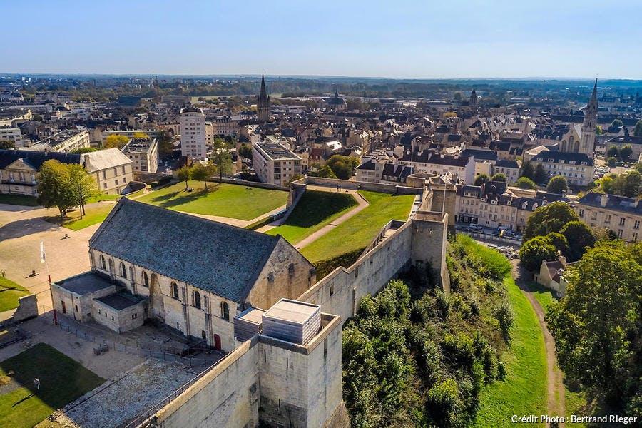 Le chateau ducal de Guillaume le Conquerant, la salle de l'Echiquier et les remparts de Caen (Normandie)