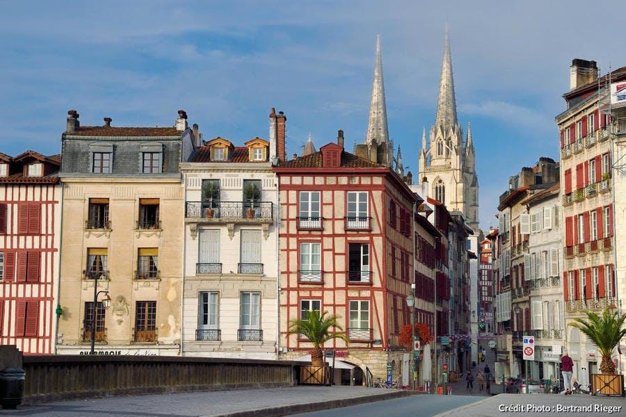 Maisons traditionnelles des quais de la Nive et flèches de la cathédrale Sainte-Catherine, à Bayonne, au Pays Basque