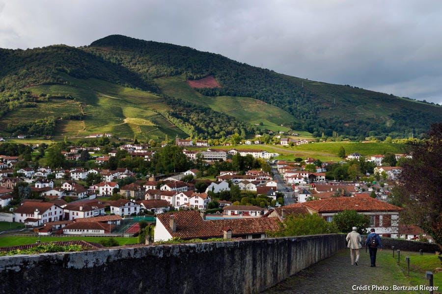 Vue sur Saint-Jean-Pied-de-Port et ses collines, au Pays Basque