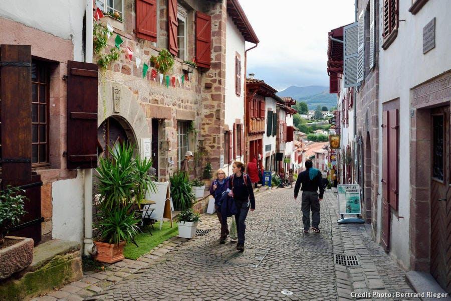Saint-Jean-Pied-de-Port, rue de la Citadelle sur le chemin de Saint-Jacques-de-Compostelle (Pays Basque)