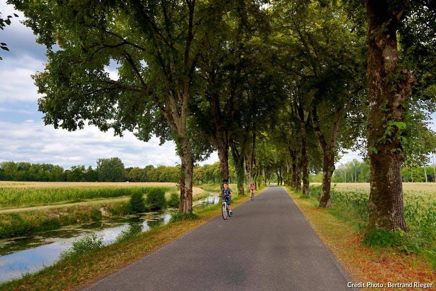 Véloroute Voie verte le long de l'Isle à Annesse-et-Beaulieu, Périgord Blanc (Dordogne)