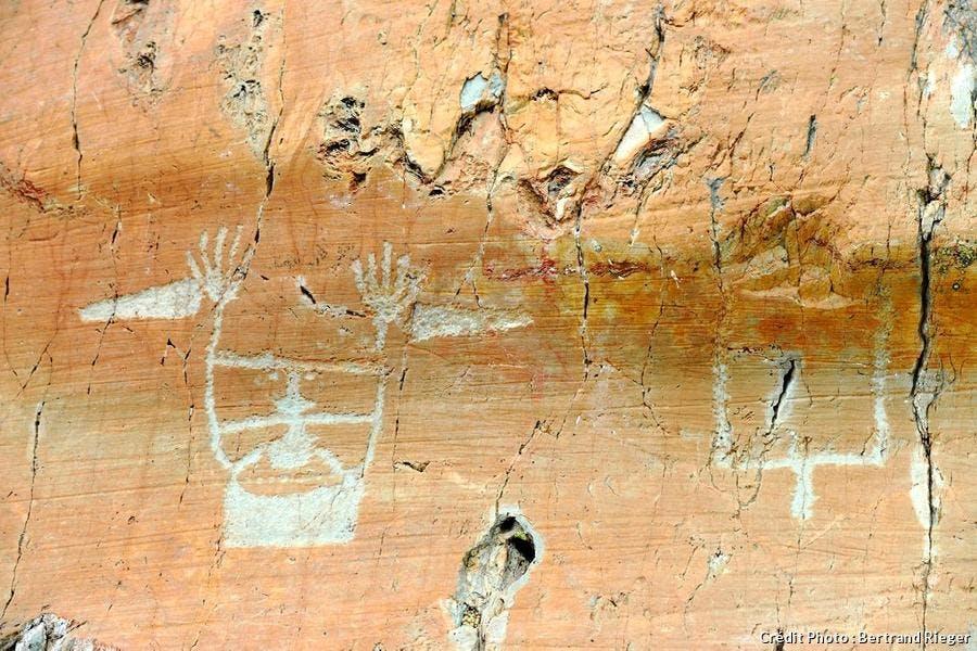 figure anthropomorphe gravée sur la roche dite