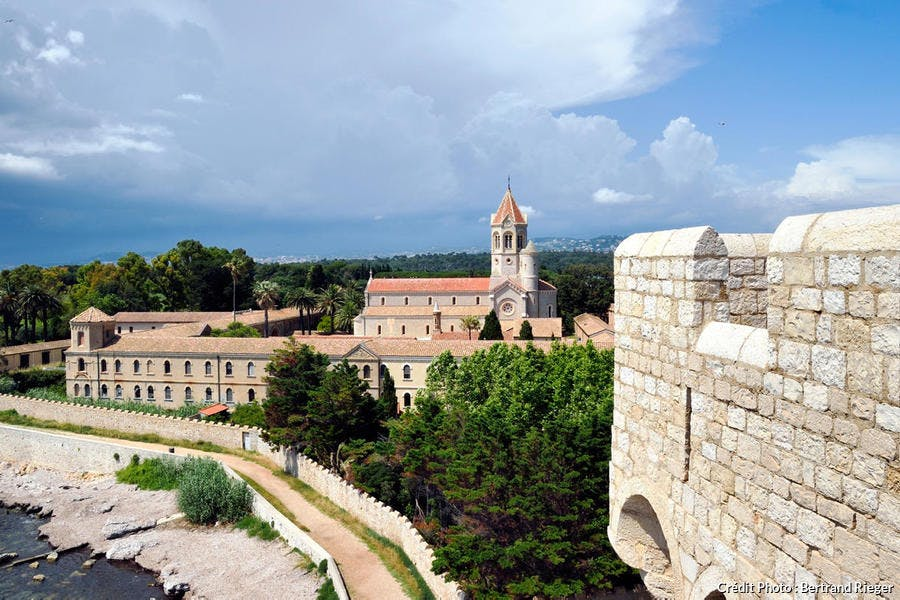 L'abbaye de Lérins sur l'île de Saint-Honorat, archipel de Lérins (PACA)