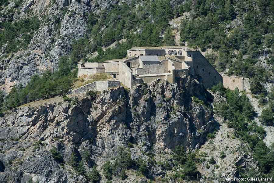 Vue plongeante sur le fort des Salettes construit par Vauban, à Briançon