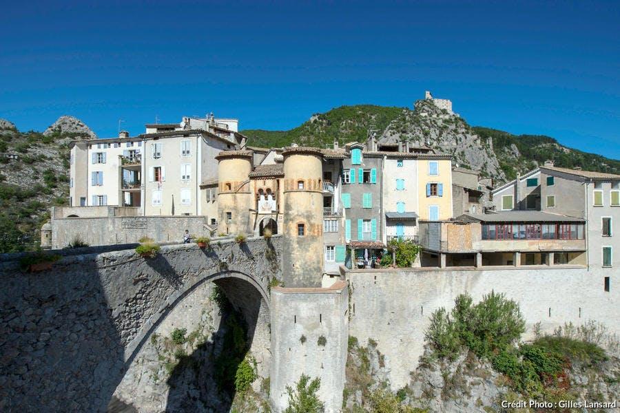 Le pont et la porte royale du village d'Entrevaux (Alpes de Haute-Provence)