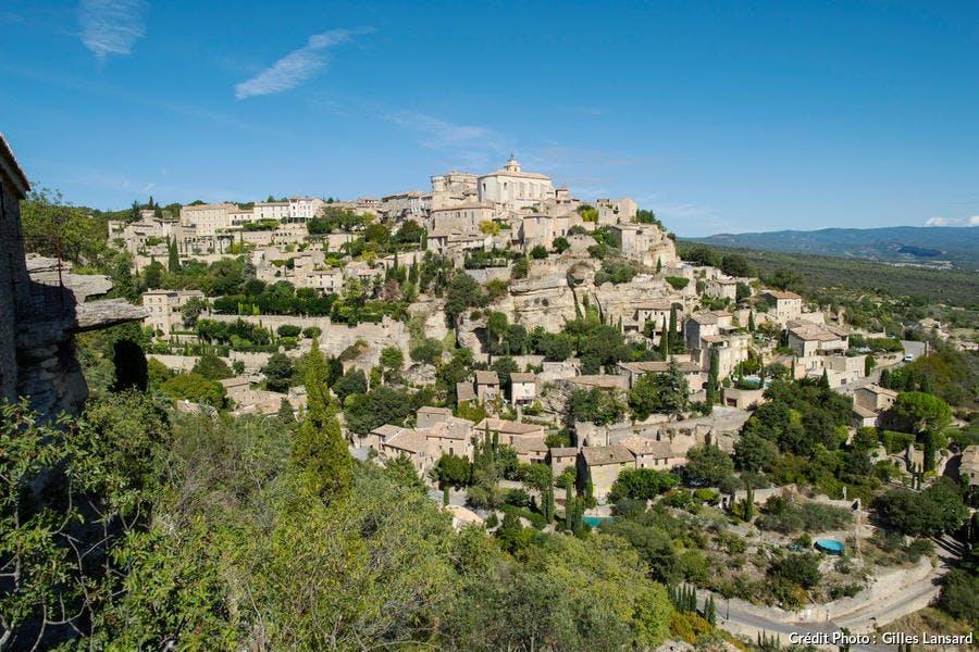 Vue du village de Gordes depuis le belvedere de la route de Cavaillon, dans le Luberon (Vaucluse)