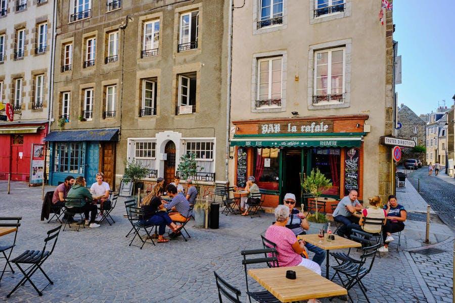 La Haute-Ville, le café Rafale sur la place Cambernon