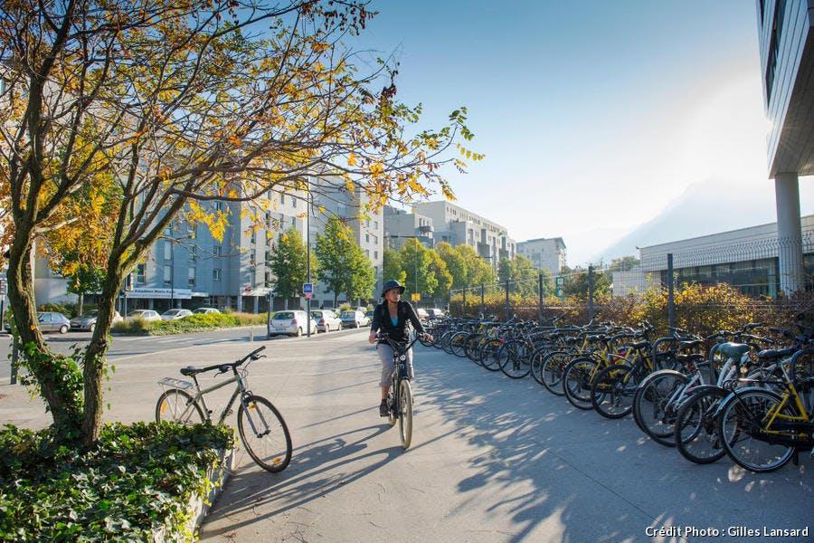 Piste cyclable, nouveau quartier de la presqu'ile, à Grenoble