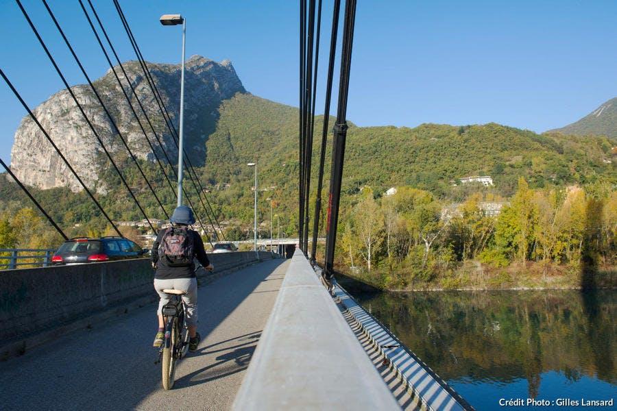 Cycliste sur le pont d'Oxford, à Grenoble
