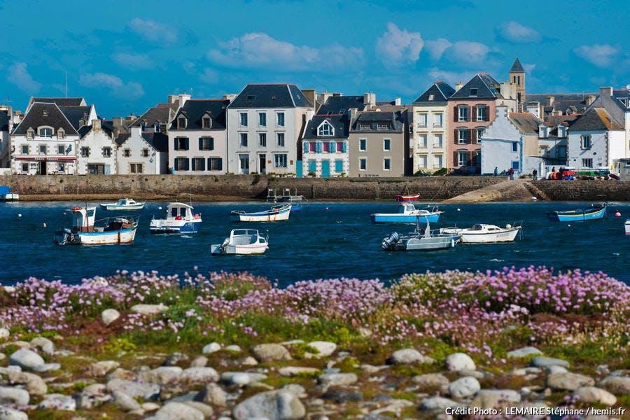 Le quai des Français Libres, sur l'île de Sein (Bretagne)