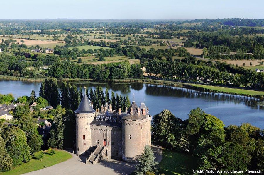 Vue aérienne du château de Combourg, en Bretagne