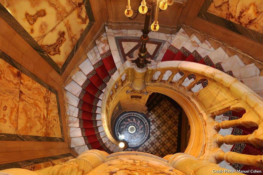 Escalier en onyx jaune dans l'hôtel de la Païva, à Paris