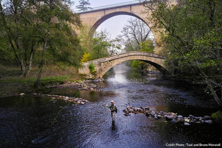 Daniel Lulic, pêchant sous les ponts superposés de Pierre-Perthuis dans le Morvan