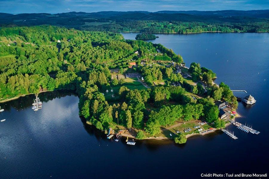 Vue aérienne du lac de Settons dans le Morvan