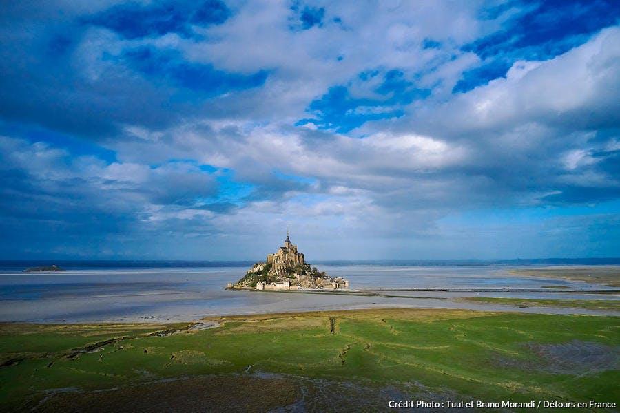 La Mont-Saint-Michel dans l'immensité de sa baie