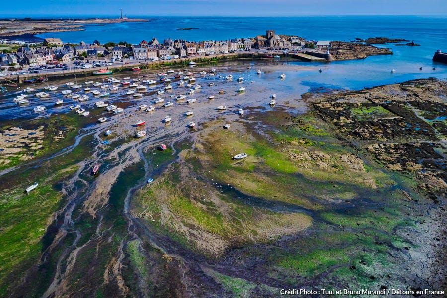 Barfleur et son port à marée basse