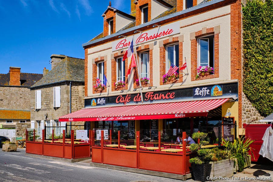 Le Café de France, à Barfleur, Normandie