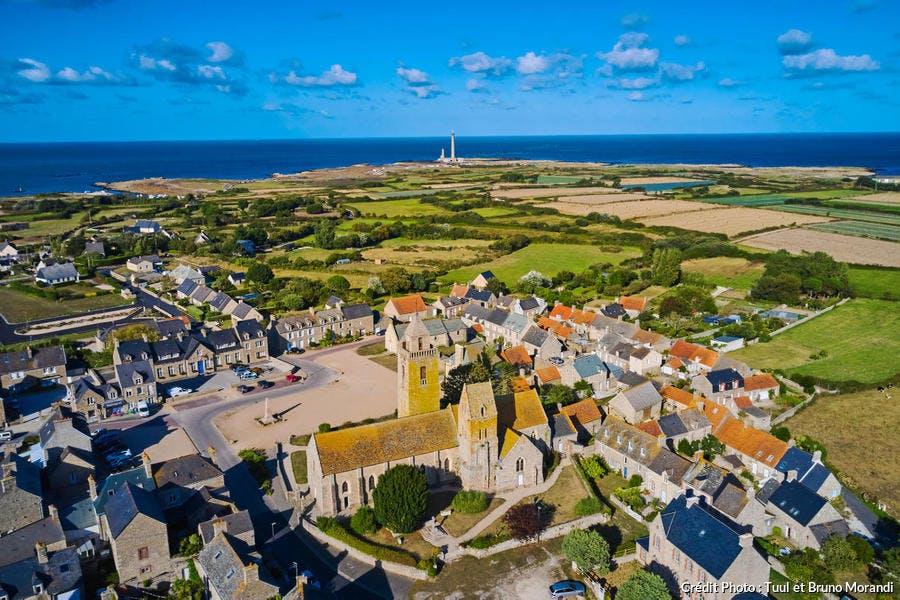 Barfleur, vue aérienne, et le phare de Gatteville ou phare de Gatteville-Barfleur et le sémaphore situés à la pointe de Barfleur