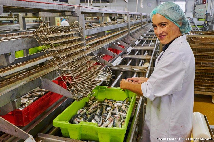 Gwenaëlle LE TRIONNAIRE, responsable de production de la conserverie Gendreau, à Saint-Gilles-Croix-de-Vie (Vendée)