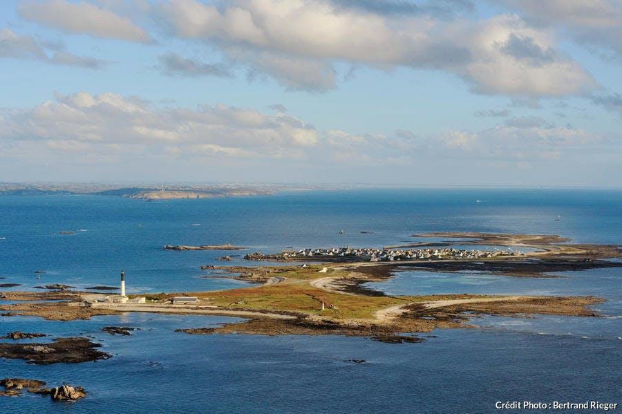 Vue aérienne de l'île de Sein, dans le Finistère (Bretagne)