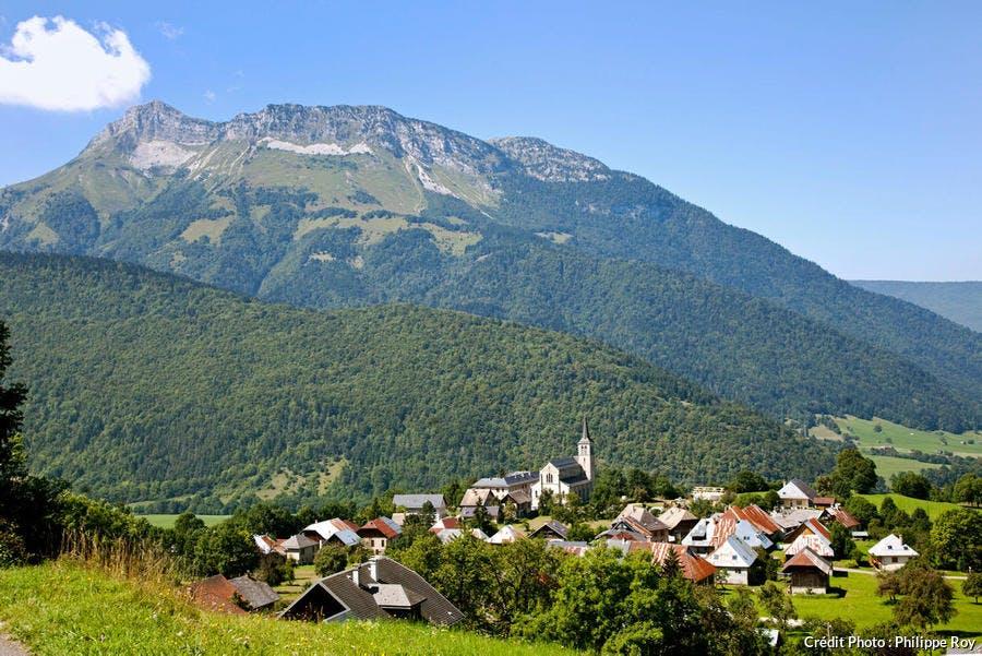 Le village de Jarsy dans le parc naturel régional du massif des Bauges (Savoie)