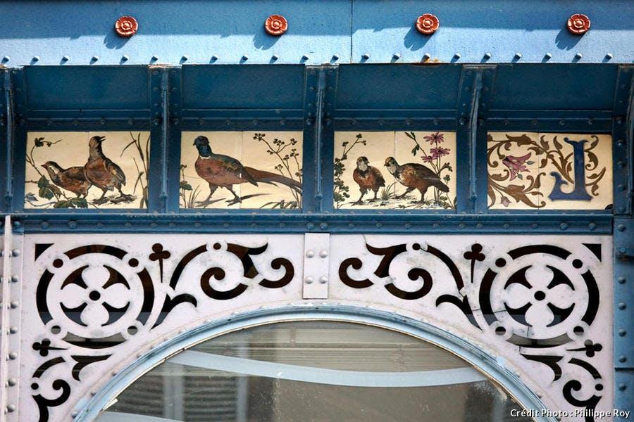 Frise en porcelaine des halles de la place de la Motte, à Limoges, dans le Limousin