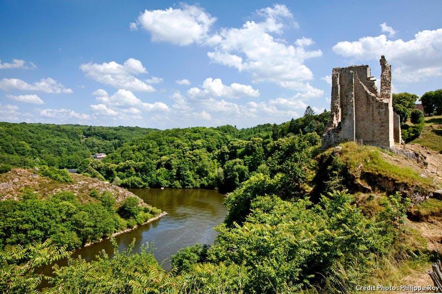 Les vestiges du château médiéval de Crozant, dans la Creuse