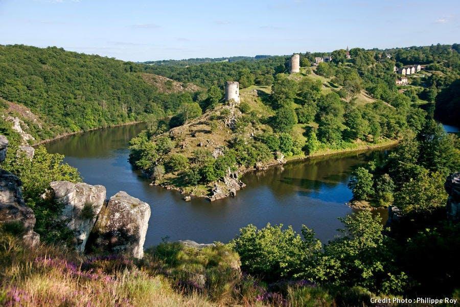 Les ruines du château médiéval de Crozant, dans la vallée de la Creuse