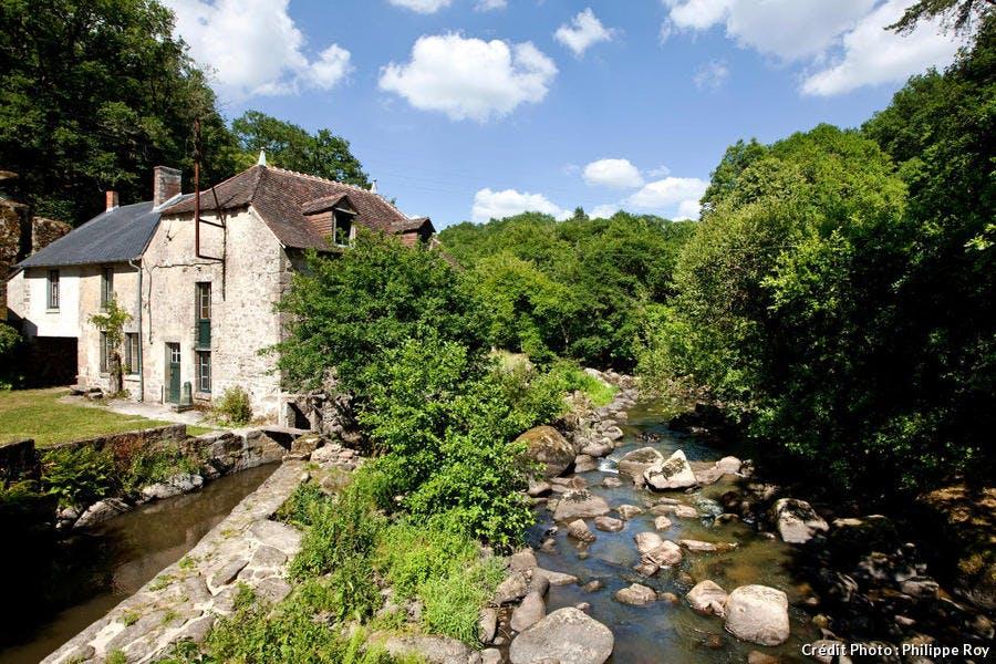 Ancien moulin à eau dans la vallée de la Sédelle, en Creuse
