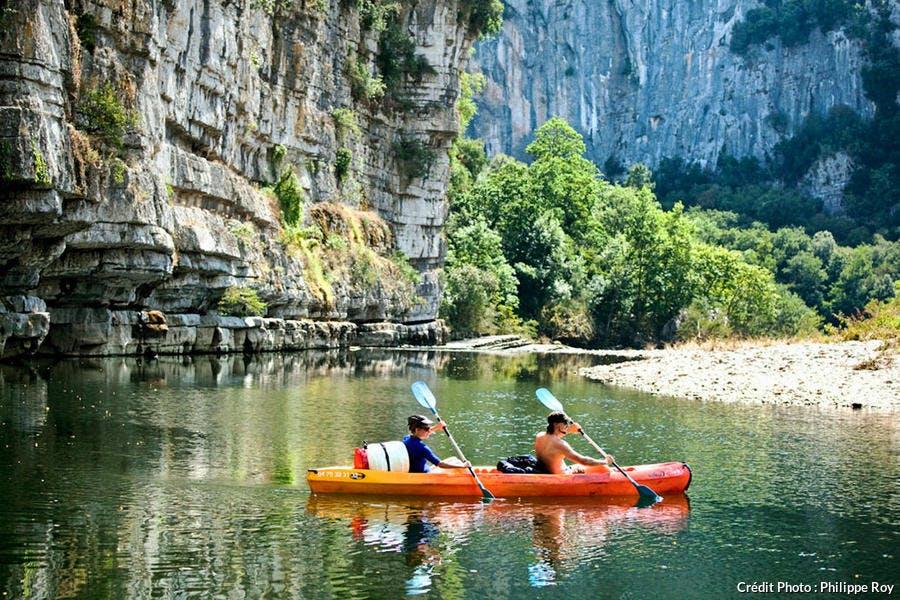 DESCENTE EN CANOE  DES GORGES  DU CHASSEZAC,  ET LA  FALAISE CALCAIRE DE L' AGACHOU