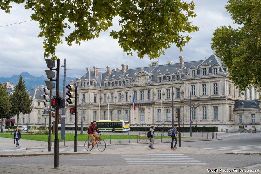 La place de Verdun et la préfecture, à Grenoble