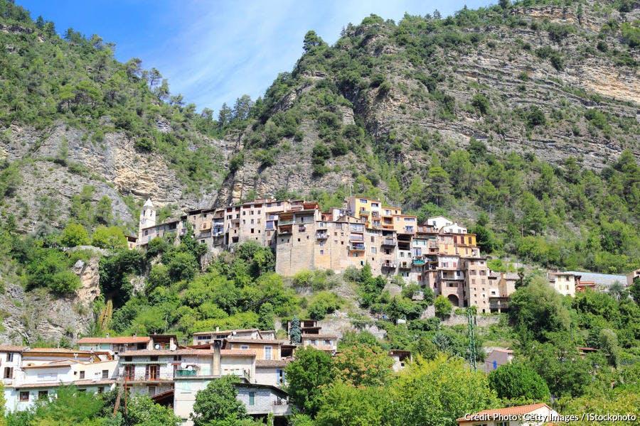 Les maisons accrochées à la falaise du village de Touët-sur-Var (Alpes-Maritimes)