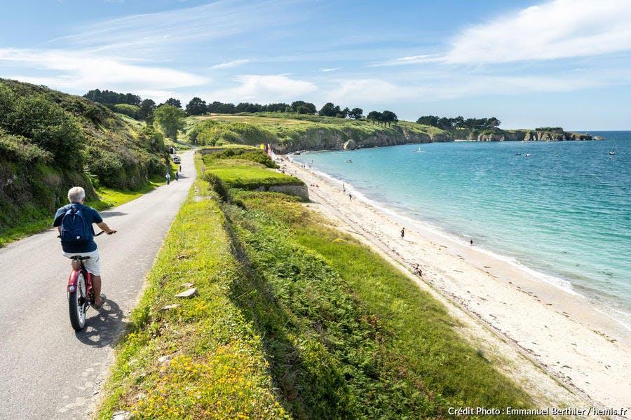 Belle-Ile-en-Mer, Locmaria, à vélo le long de la plage des Grands Sables