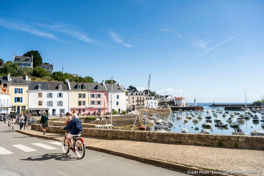 À vélo sur le port de Sauzon, Belle-Ile-en-Mer, Bretagne