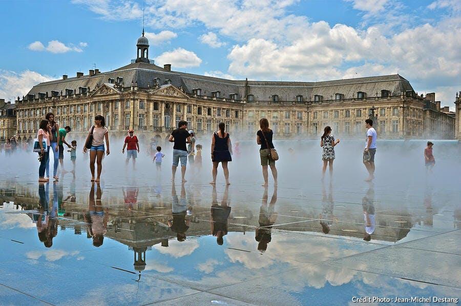 Miroir d'eau devant la place de la Bourse à Bordeaux