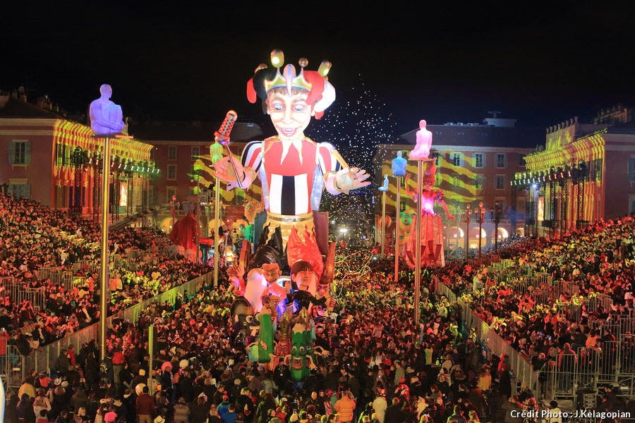 Des chars défilent au carnaval de Nice